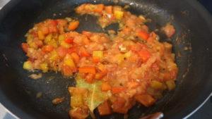 トマトを加えて煮詰めている